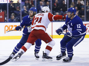Wings beat Leafs on Larkin's