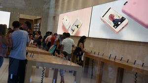 Apple Store Shoppers Tackle
