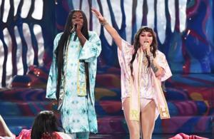 Kesha performs 'TiK ToK' and
