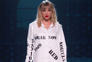 Taylor Swift Performs Greatest