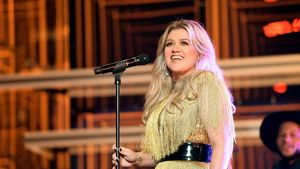 Kelly Clarkson does a pretty