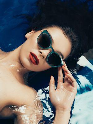 Hailee Steinfeld Takes a Dip