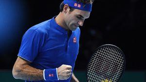 Federer wins to keep alive ATP